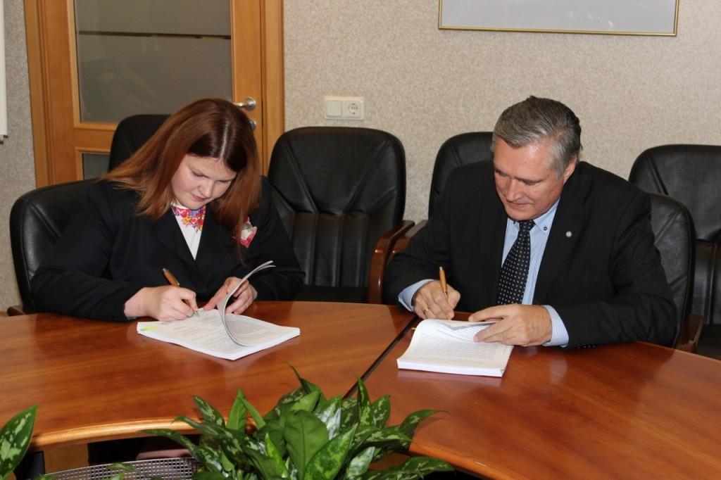 VARAM Investīciju un politikas departamenta direktore I.Ivaščenko un LPS priekšsēdis A.Jaunsleinis paraksta projekta līgumu